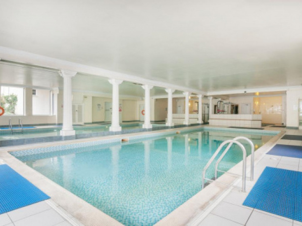 Stunning 2 bed near Haymarket with pool