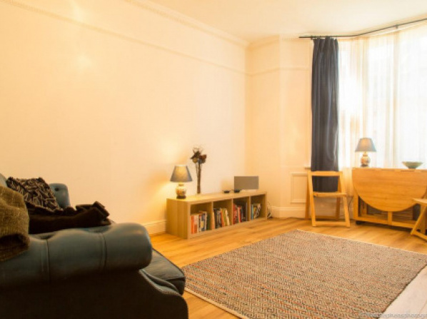 Bright and Spacious 1 Bedroom flat with Garden