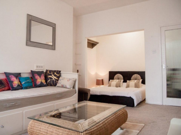Old Town central bright studio flat