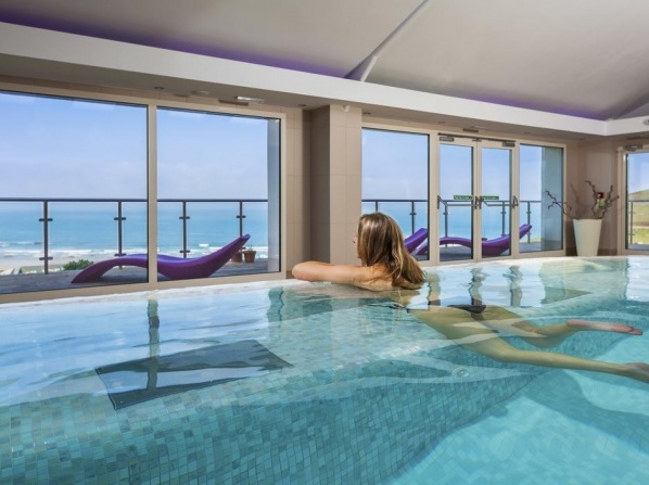 Best family friendly hotels with swimming pool in the uk - Uk hotels with outdoor swimming pools ...